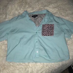 Button up&collared leopard detail